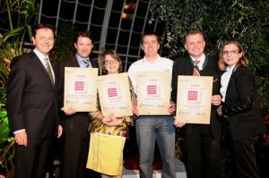 """BM Niki Berlackovic (re) und Barbara Klaczak, Gf GR-Marketing GmbH übergeben die Auszeichnung an die Gewinnern """"GenussZiel 2010""""."""