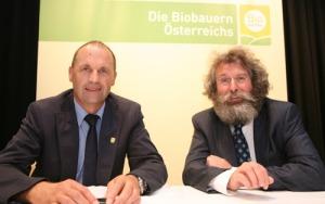 Rudi Vierbauch, Obmann BIO AUSTRIA, und Werner Lampert, ZURÜCK ZUM URSPRUNG, freuen sich über den Bio-Milchzuschlag der Hofer KG.