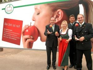Reitbauer Senior, Steirereck, Apfelkönigin Elisabeth II, Gerhard Meixner, Vorsitzender OPST und Manfred Stessel, Geschäftsführer OPST (v.l.) sind sich sicher - die Zeit ist reif!