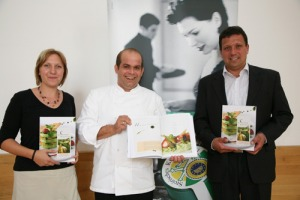 Haubenkoch Hans-Peter Fink, Marika Burger, Ernährungswissenschaftlerin und Bernhard Glawogger, GF Gemeinschaft Steirisches Kürbiskernöl g.g.A. präsentieren das neue Kochbuch.