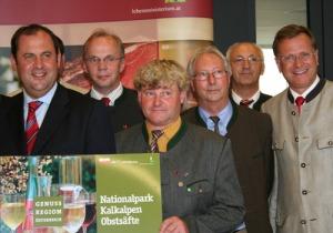 Landwirtschaftsminister Josef Pröll (links) und Heinz Pöttinger, Gf der Pöttinger Alois Maschinenfabrik GesmbH (rechts), bei der Auszeichnung der Genuss Region Nationalpark Kalkalpen Obstsäfte
