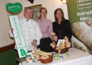 Willi Haider, Hemma Reicher, LK-Steiermark, und Kren-Vermarkterin Ilse Hernach aus Grasdorf. freuen sich über die Schärfe des erntefrischen Krens.
