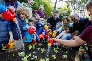 Grazer Krauthäuptel-Bauern garteln mit 1.500 Grazer Kindern