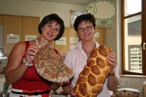Eva Lipp und Kathi Zechner sind von der Qualität der eingereichten Brote begeistert.