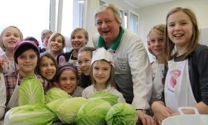 Unter Anleitung von Kochlegende Willi Haider schwangen 15 Schüler der Volksschule St. Ruprecht/Raab den Kochlöffel und zauberten leckere Chinakohlkreationen auf den Tisch.