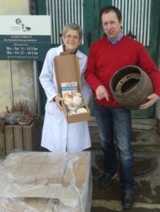 Familie Deutschmann präsentiert stolz ihren WM-Käse
