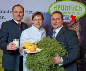 Andreas Geisler, Koordinator der ARGE Heumilch Österreich, Genussbotschafter Joachim Gradwohl sowie Karl Neuhofer, Obmann der ARGE Heumilch Österreich.
