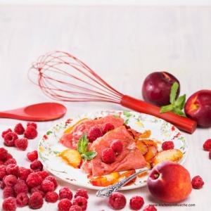 Rote Crêpes mit Nektarinen-Fülle