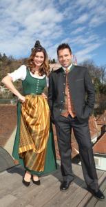 Sandra Thier und Hannes Arch präsentieren das steirische Kürbis -kernöl-Dirndl und den Kürbiskernöl-Anzug.