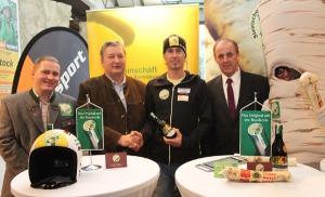 Der schärfste Sportler der Steiermark: Naturrodel-Legende Gernot Schwab (3.v.l.) mit Kren-Obmann Martin Kern (l.), Kürbiskernöl-Obmann Franz Labugger (2.v.l.) und Vizepräsident Hans Resch (r.)