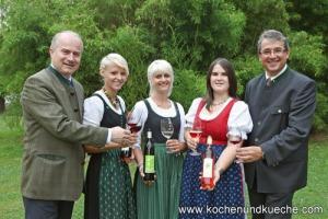 Landesrat Johann Seitinger (l.) und Werner Luttenberger (r.), Weinbaudirektor der Steiermark, gratulieren Weinkönigin Cornelia I. (Mitte) und den Hoheiten Franziska (2.v. l.) sowie (Simone 4.v.l.) zum majestätischen Amt.