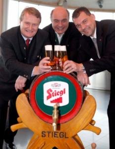 Freuen sich über den Erfolg (v.l.): Stiegl-Inhaber Dr. Kiener, Stiegl-Braumeister DI Schreiner und Stiegl-GF Dkfm. Schraml.