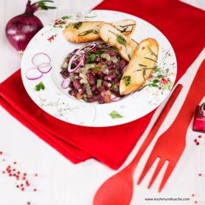 Salat mit roten Bohnen, roten Zwiebeln und Stangensellerie