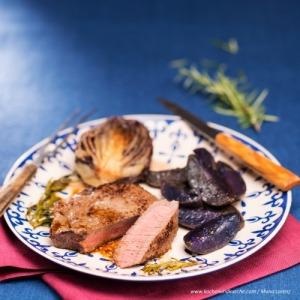Huftsteak mit violetten Erdäpfelspalten und geschmortem Radicchio