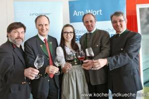 v.l.: Willi Sattler (Winzer), Franz Kerber (Vorstandsvorsitzender Steiermärkische Sparkasse), Weinhoheit Helena I., Hans Resch (LK Steiermark) und Werner Luttenberger (Weinbaudirektor)