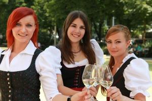 Bernadette, Anna I. und Lisa-Maria repräsentieren für die nächsten zwei Jahre den steirischen Wein (v. l.).