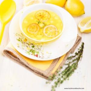 Zitronensuppe mit Maiskolben und Thymian