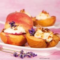 Gefüllte Pfirsiche mit Lavendelblüten