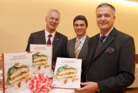 Dr. Fritz Panzer, GF Verlag Carl Ueberreuter, Dr. Peter Hamedinger, AMA-Manger für Milch und Milchprodukte, und Dr. Stephan Mikinovic, GF der AMA-Marketing, präsentieren das große Käse-Kochbuch.