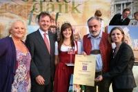 Marika Lichter Juryvorsitzende, Landwirtschaftsminister Nikolaus Berlakovich, Johanna und Hans Weiss, Preisträger aus dem Dirndltal und GRM DI GF Barbara Klaczak freuen sich über die Auszeichnung.