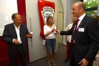 Heinz Prüller, Angelika Niedetzky und Matthias Wilberg, HEINZ Commercial Director Switzerland und Austria, präsentieren die kultigen Sprüche