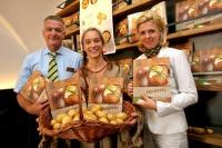 Dr. Stephan Mikinovic, GF der AMA Marketing, und Mag, Karin Silberbauer, AMA-Bereichs-Managerin Obst&Gemüse, Erdäpfel, präsentieren das neue AMA Erdäpfel-Buch