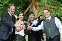 Georg Bliem, GF Steiermark Tourismus, Weinkönigin Regina, Willi Sattler, Obmann MG Wein, Franz Hutter, Obmann-Stv. MG Wein freuen sich über die neue Kooperation