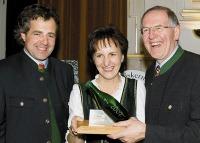 LK-Präsident Gerhard Wlodkowsk überreicht Regina und Anton Zöbl die Auszeichnung (v.r.)