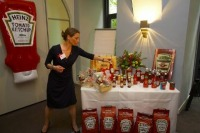 Charlotte Sacher, Marketingleiterin von der Firma Winkelbauer, präsentiert das gesamt HEINZ Sortiment