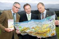 Dr. Stephan Mikinovic, GF AMA Marketing, Landwirtschafts- und Umweltminister DI Niki Berlakovich und Rudi Vierbauch, Obmann Bio Austria (v.l.) sind begeistert von der neuen Bio-Genusslandkarte.