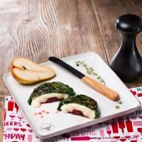 Camembert mit Birne und Preiselbeeren im Pak-Choi-Blatt vom Grill