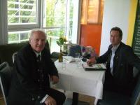 Marketingleiter Reinhold Zötsch im Gespräch mit Prof. D. Claus Hipp.