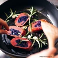Gabratene Rotkraut-Erdäpfel-Roulade mit Vogerlsalat
