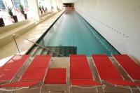 Schwimmen und entspannen im Indoor Pool-Bereich des Hotels.