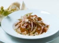 Aus Fenchel, Karotten und Knoblauch wird mit Gewürzen und Kräutern ein köstlicher Rohkostsalat!