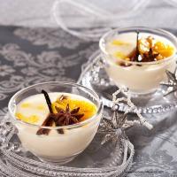 Gewürzorangen auf weißer Schokoladecreme