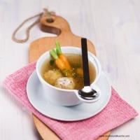 Klare Gemüsesuppe mit Schinkenknödeln und Estragon