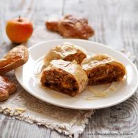 Lebkuchenstrudel mit Äpfeln und Sauerrahm