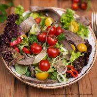 Marinierter Rindfleischsalat mit buntem Gemüse