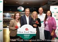 (v.l.n.r.): Kerstin Neumayer (MERKUR Vorstand), Manfred Denner (MERKUR Vorstand), Barbara van Melle (Slow Food Wien), Roman Thum (Beinschinkenproduzent, Slow Food Mitglied) und Eveline Bach (Gemüse Gärtner, Slow Food Mitglied)