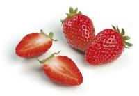 Bereits etwa 150 Gramm, oder fünf große Erdbeeren, decken den täglichen Bedarf an Vitamin C eines Erwachsenen. Dabei haben die Erdbeeren nur 37 Kilokalorien.