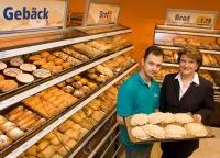 Erfolgreich: BackWerk Österreich GF Ingrid Dubowy mit einem ihrer Angestellten in der Filiale der SCS.