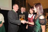 Präsident Gerhard Wlodkowski (links) und Landesrat Johann Seitinger (2.l.) gratulieren der Siegerin Sabine Hirschmann (3.v.l.) und ihrer Tochter Viktoria.