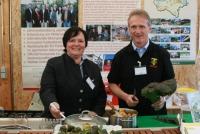 Projektleiterin Ing. Ricarda Öllerer präsentiert mit Koch Ernst Roiser in der Gartenküche die Zubereitung von Gemüsespezialitäten.