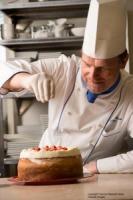 Chef Patissier Gerhard Burger kreiert mit seinem Team die feinen Cheesecake-Variationen, die ab sofort im Marriott's Cheesecake Corner erhältlich sind.